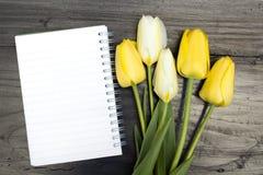 Bouquet de tulipe et carnet vide Photo libre de droits