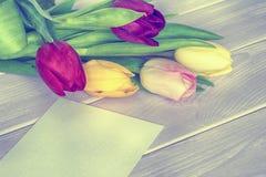 Bouquet de tulipes et carte de voeux Images libres de droits