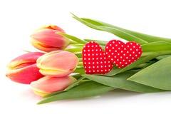 Bouquet de tulipes et deux coeurs décoratifs Image stock