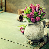 Bouquet de tulipes, oeufs de pâques et outils de jardin roses Image libre de droits