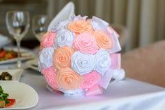 Bouquet de Weding sur une table Fermez-vous vers le haut de la photo du beau petit brid blanc et rose orange avec du charme parfa Photographie stock