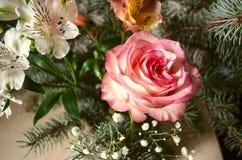 Bouquet des Alstroemerias avec les brindilles jaune-roses de sapin rose et argenté Photographie stock libre de droits