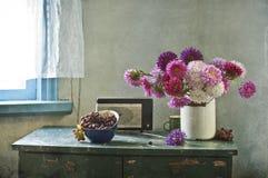 Bouquet des asters et de la vigne photo stock