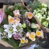 Bouquet des bourgeons des lis, des tulipes roses et du protea Images libres de droits