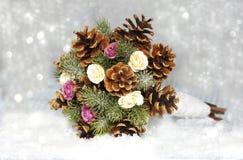 Bouquet des cônes avec des roses et des aiguilles photos stock
