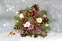 Bouquet des cônes avec des roses et des aiguilles image libre de droits