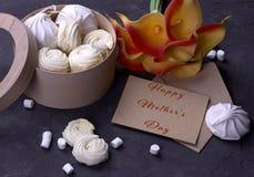 Bouquet des callas jaunes rouges avec la confiture d'oranges de guimauves dans une boîte ronde en bois et de l'enveloppe avec mar Photo libre de droits