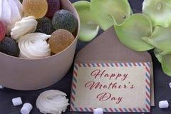 Bouquet des callas jaunes vertes avec la confiture d'oranges de guimauves dans une boîte ronde en bois et de l'enveloppe avec mar Image stock