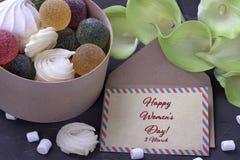 Bouquet des callas jaunes vertes avec la confiture d'oranges de guimauves dans une boîte ronde en bois et l'enveloppe sur le fond Images libres de droits