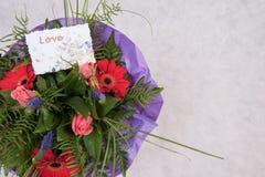 Bouquet des fleurs avec amour de carte Photo stock