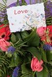 Bouquet des fleurs avec amour de carte Images libres de droits