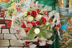 Bouquet des fleurs avec des anémones et des ranunculuses Photo stock