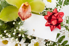Bouquet des fleurs avec la carte Images libres de droits