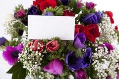 Bouquet des fleurs avec la carte blanche vierge Images stock