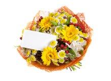 Bouquet des fleurs avec la carte de voeux Photo libre de droits