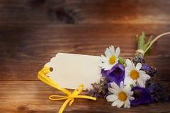 Bouquet des fleurs avec le petit cadeau Image libre de droits