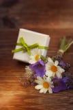Bouquet des fleurs avec le petit cadeau Photos libres de droits