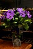 Bouquet des fleurs avec orchidées pourpres foncées Photo libre de droits
