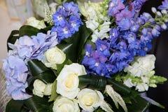 Bouquet des fleurs avec des roses Photo stock