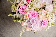 Bouquet des fleurs colorées dans le beau panier en osier photos stock