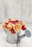 Bouquet des fleurs dans la boîte d'arrosage argentée Image stock