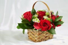 Bouquet des fleurs dans le panier en osier Photographie stock