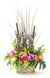 Bouquet des fleurs dans le pot d'argile Photos stock