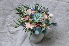 Bouquet des fleurs dans le vase Photos stock