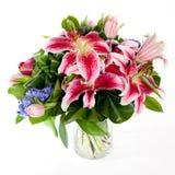 Bouquet des fleurs dans le vase en verre Images libres de droits