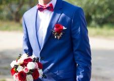 Bouquet des fleurs dans les mains des hommes Photo stock