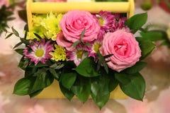 Bouquet des fleurs dans un support en bois Photo libre de droits