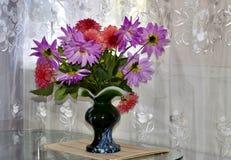 Bouquet des fleurs dans un vase Photo libre de droits