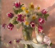 Bouquet des fleurs dans une cruche blanche Photographie stock libre de droits