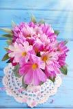 Bouquet des fleurs de cosmos Photo libre de droits