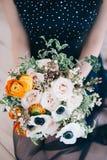 Bouquet des fleurs de couleur dans la main Photographie stock