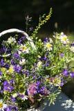 Bouquet des fleurs de pré dans un panier Images stock