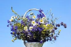 Bouquet des fleurs de pré dans un panier Photo stock