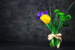 Bouquet des fleurs de ressort dans le pot Photographie stock