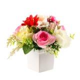 Bouquet des fleurs en plastique Fleurs en plastique réglées sur le backgro blanc Photographie stock libre de droits