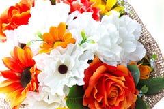 Bouquet des fleurs en plastique Fleurs en plastique réglées sur le backgro blanc Photo stock