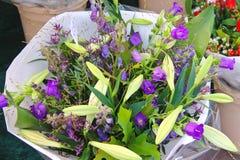 Bouquet des fleurs en vente. Photographie stock