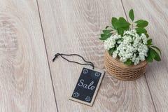Bouquet des fleurs et de la carte sur le fond en bois Photographie stock