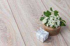 Bouquet des fleurs et de la carte sur le fond en bois Images stock