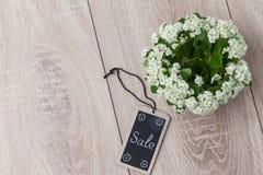 Bouquet des fleurs et de la carte sur le fond en bois Photographie stock libre de droits