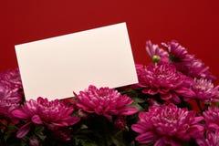 Bouquet des fleurs et de la carte vide Photo libre de droits
