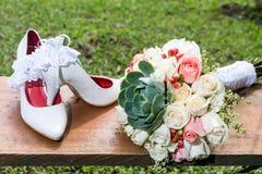 Bouquet des fleurs et des chaussures pour la jeune mariée le jour du mariage Photo stock