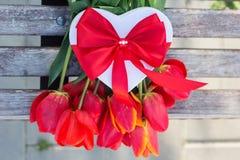 Bouquet des fleurs et du boîte-cadeau rouges de tulipe Images libres de droits