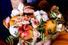 Bouquet des fleurs et du fruit dans des mains Composition d'automne Image libre de droits