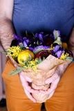 Bouquet des fleurs et du fruit dans des mains Photos libres de droits
