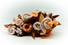 Bouquet des fleurs faites de papier de cadeau de couche isolé sur un blanc et un fond brouillé photo stock